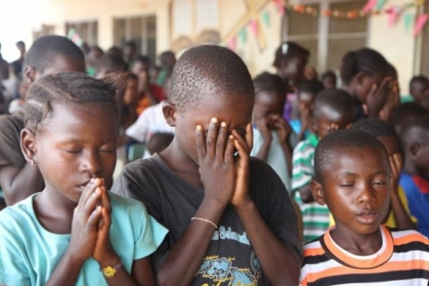 children-praying-liberia